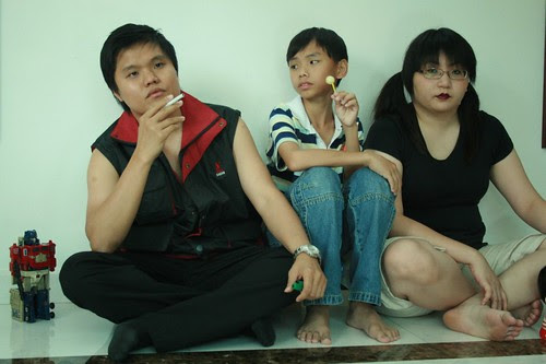 The boy and his mother's younger siblings (played by Aron Koh and Suanie)