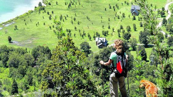 Trekking a la vera del lago Nahuel Huapi.