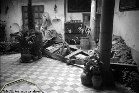 Restos de un camión aparecido en un patio de Toledo tras las voladuras del Alcázar en 1936. Foto Erich Andres. Ministerio de cultura. Centro Documental de la Memoria Histórica