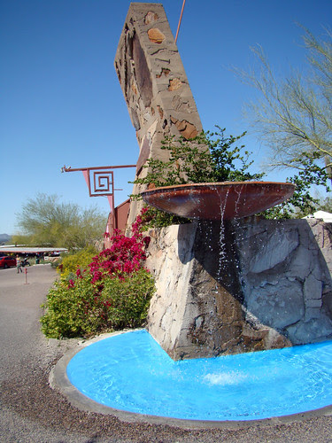 DSC05540 Taliesin West clasping hands logo and fountain