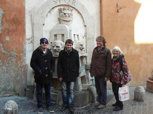 les quatre devant la fontaine.jpg