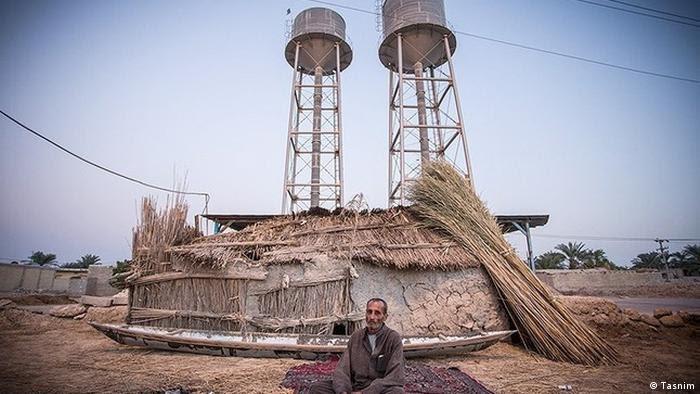 مردی کپرنشین کنار دو منبع آب