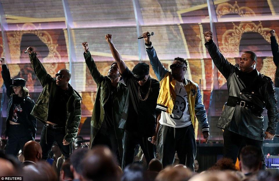 Tomando uma posição: O grupo levantou seu punho no ar ao executar We The People