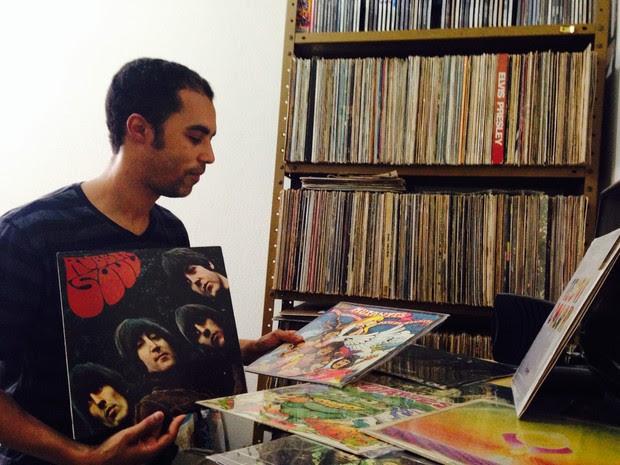 Edvaldo Carlos se orgulha da coleção completa da banda Os Mutantes e exibe o disco preferido, o Rubber Soul, dos Beatles (Foto: Rivângela Gomes/G1)