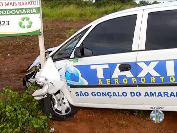 Táxi colidiu frontalmente com a moto na rodovia BR-406, em São Gonçalo do Amarante, RN (Foto: Reprodução/Inter TV Cabugi)