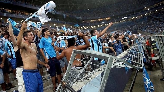 Proteção que separa arquibancada do campo rompeu, e dezenas caíram no fosso da Arena Grêmio