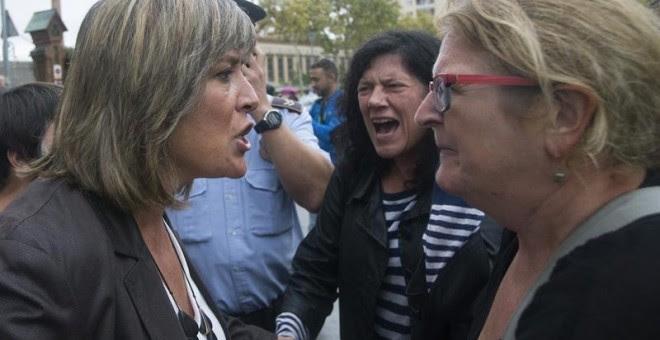 La alcaldesa de L'Hospitalet de Llobregat, Núria Marín (PSC), se enfrenta a una vecina que quería votar en el centro de Secundaria Can Vilumara. EFE/Quique García