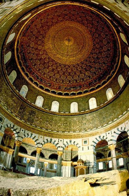 Una pietra, più significati. Da qui avvenne la creazione del mondo (per gli ebrei) e Maometto salì al cielo (per l'Islam)
