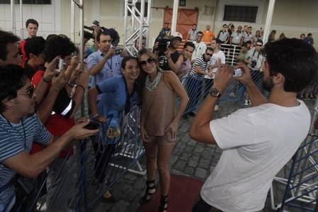 Claudia é tietada por fãs e paparicada pelo marido