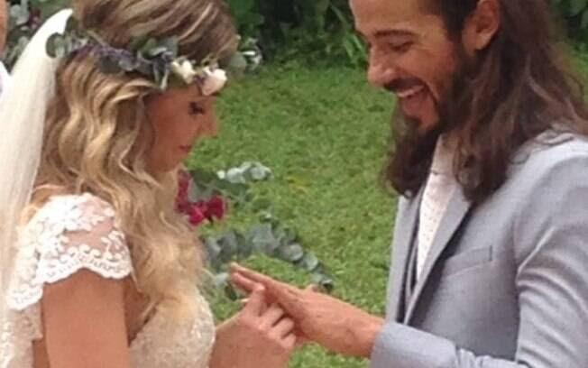 Graziella Schmitt e Paulo Leal trocam alianças em cerimônia intimista no Rio