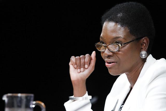 Subsecretária-geral para Assuntos Humanitários e coordenadora de Ajuda Humanitária das Nações Unidas, Valerie Amos, fala a jornalistas em fevereiro de 2012. Crédito da foto: ONU/JC McIlwaine.