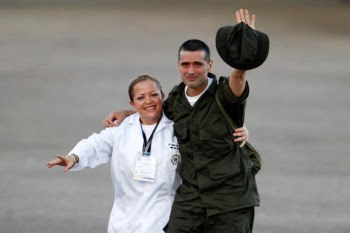 Vestidos de uniforme, os seis polícias e quatro militares puderam finalmente abraçar as respectivas famílias