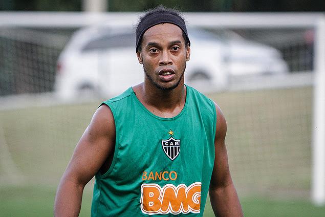 Ronaldinho participa de treino no CT do Atlético-MG