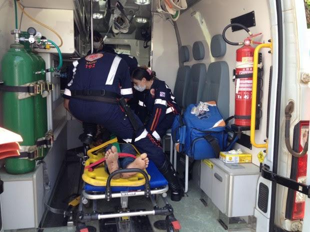 Assaltante foi socorrido pelo Samu a um hospital da cidade (Foto: Valdivan Veloso/G1)