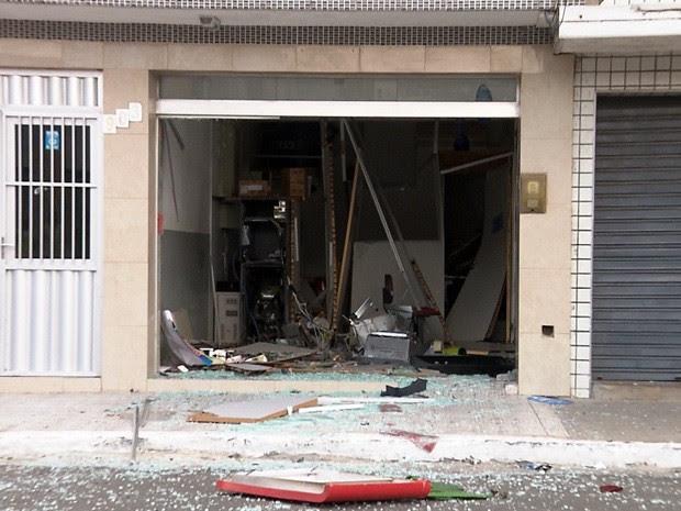 Interior da agência ficou destruído com o impacto da explosão (Foto: Reprodução/TV Paraíba)