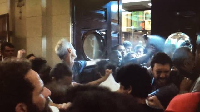 Manifestantes levam spray de gengibre no rosto