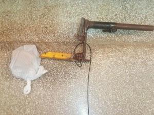 Arma artesanal é feita com cano, pólvora e fios e disparou contra jovem que tentou invadir lanchonete (Foto: Anny Barbosa/G1)