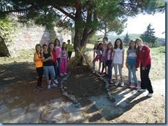 Η ομάδα των κοριτσιών κατασκευάζοντας μία αυτοσχέδια σκηνή