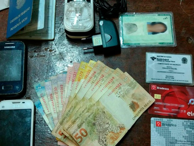 Celulares, quantia em dinheiro e documentos foram encontrados com suspeitas (Foto: Edivaldo Braga/Blog Braga)