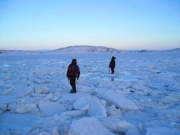 Caminhando sobre os campos gelados do Senhor Alert Nunavut