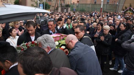 """Ilva, folla ai funerali dell'operaio. Il parroco: """"Siamo stati illusi"""""""
