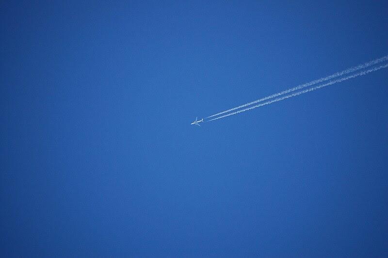 File:Ein Jet am blauen Himmel.JPG