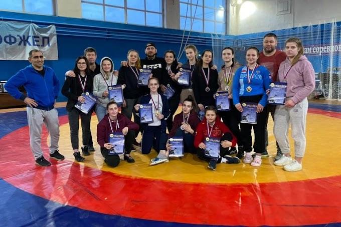 Тверские девушки установили рекорд на первенстве ЦФО по борьбе, завоевав 13 медалей