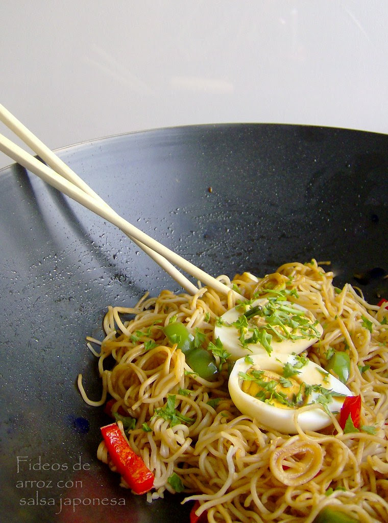 Fideos de arroz con salsa japonesa