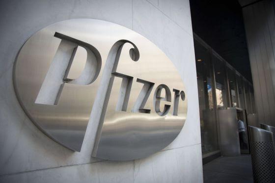 Logo de Pfizer en su sede, en Nueva York