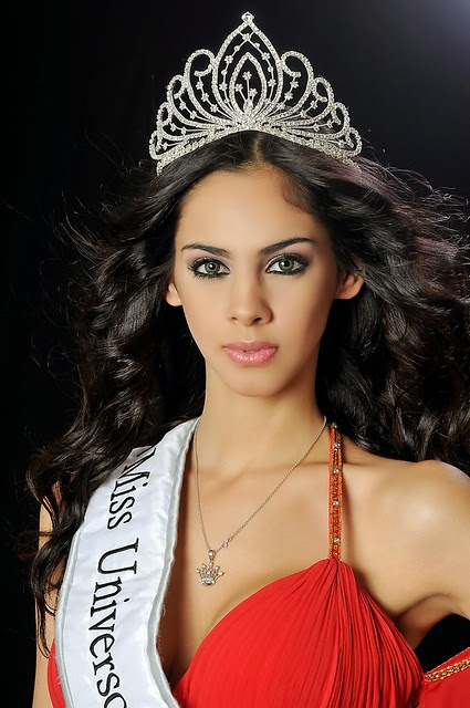 Guadalupe González utilizando su corona de reina
