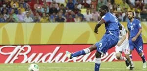 Il rigore di Balotelli contro il Giappone. LaPresse
