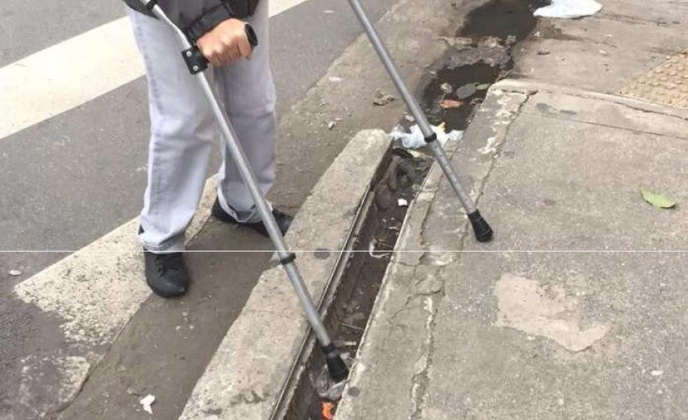 Pessoas com mobilidade reduzida enfrenta dificuldades na Avenida Liberdade (Foto: Divulgação/ONG Corrida Amiga)