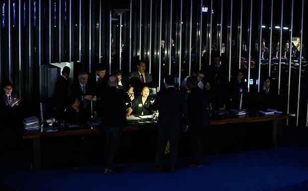 Presidente do Senado, Eunício Oliveira, apaga as luzes do Senado e suspende sessão da reforma trabalhista