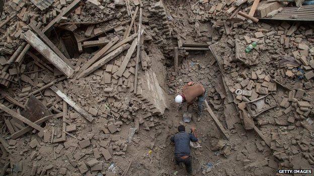Men dig through rubble in Bhaktapur, Nepal (26 April 2015)