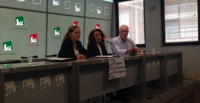 Amaya Martínez, Lidia Falcón y Cayo Lara, en la sede de IU, este viernes./ A. F.
