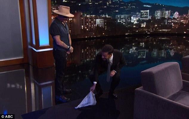 Bom anfitrião: Jimmy pegou o lenço para o seu convidado e foi recompensado com um beijo