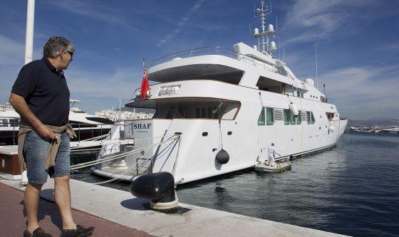 Salman tiene su yate 'Shaf London' atracado en Puerto Banús.