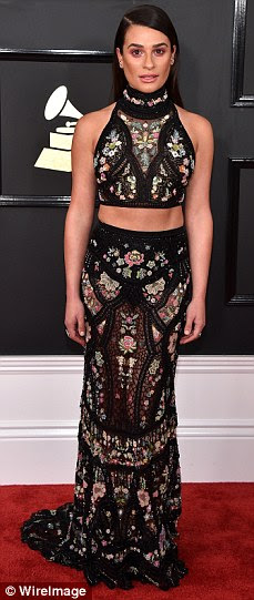 Va-voom: Lea Michele chutou o tapete vermelho no Staples Center ostentando seu midriff
