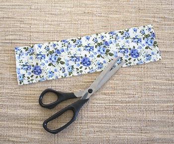 Corte uma tira de tecido estampado