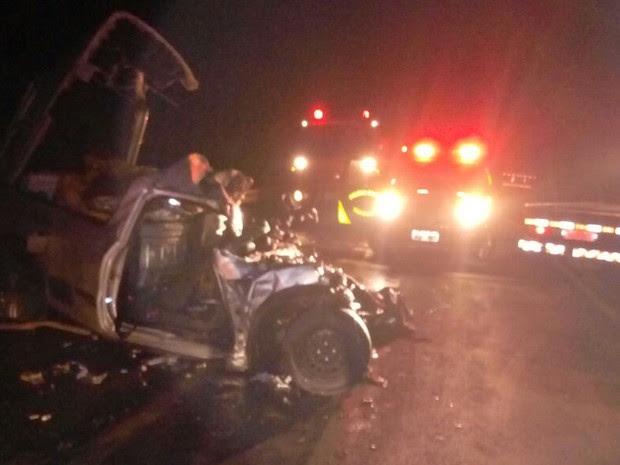 Batida em General Carneiro envolveu um carro e um caminhão (Foto: Rodrigo Alves/Corpo de Bombeiros)