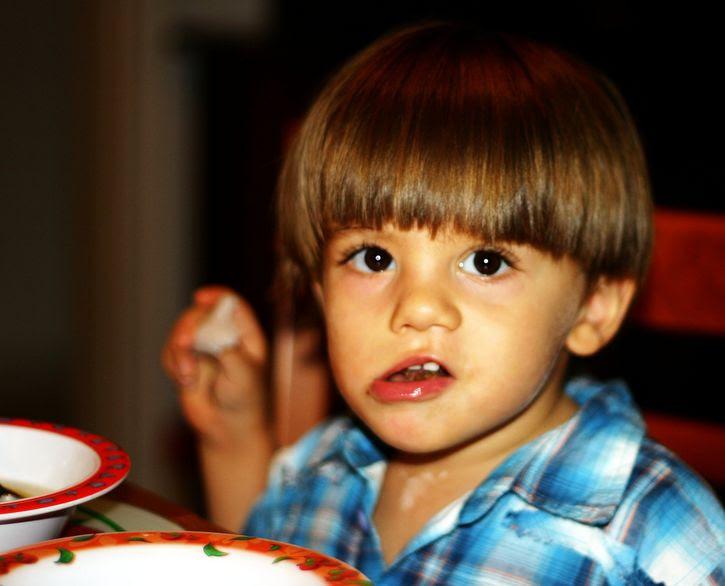 niño masticando con la boca abierta