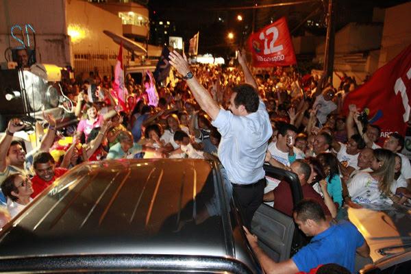 Carlos Eduardo comemora com militantes e aliados que estavam em frenta à sede do PDT, logo depois do resultado da apuração