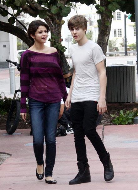 selena gomez and justin bieber kissing at beach. Justin Bieber and Selena Gomez