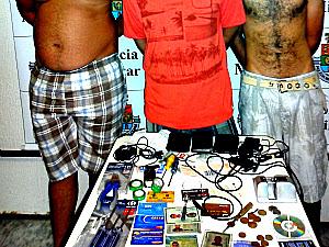 Três presos com cartões e material encontrados com eles. (Foto: Divulgação/Polícia Militar do Ceará)