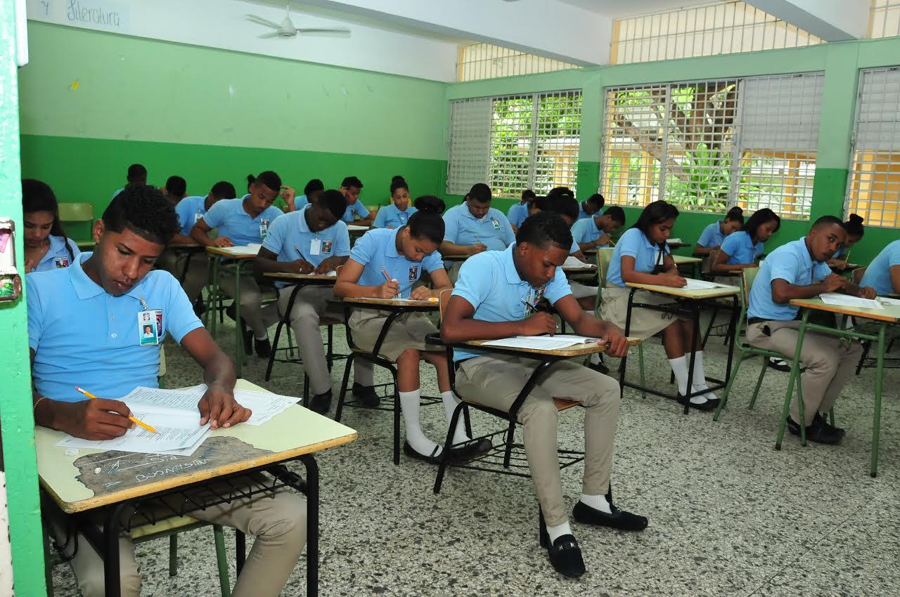 MINERD llama estudiantes nivel medio a Pruebas Nacionales