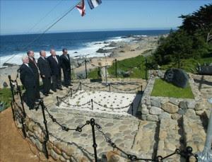 En la imagen, frente al mar y junto a la tumba donde descansan los restos del premio Nobel Pablo Neruda y su esposa Matilde Urrutia. EFE/Archivo