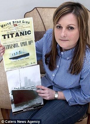 História familiar: Fazendeiro Beverley com um cartaz Titanic
