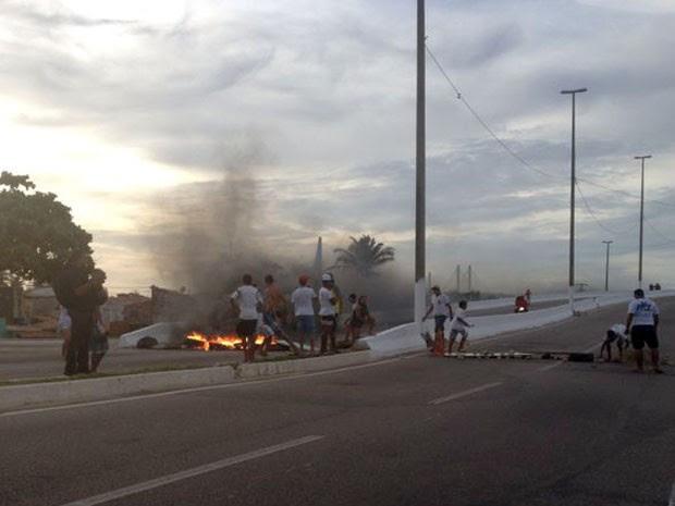 Acesso à Ponte Newton Navarro foi bloqueado por familiares de adolescente morto por PM em Natal (Foto: Fabiano de Oliveira/G1)