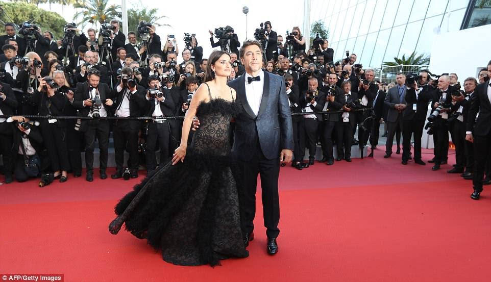 Dois de um tipo: Penelope posou no tapete vermelho com seu marido Javier Bardem, que também estrela no filme