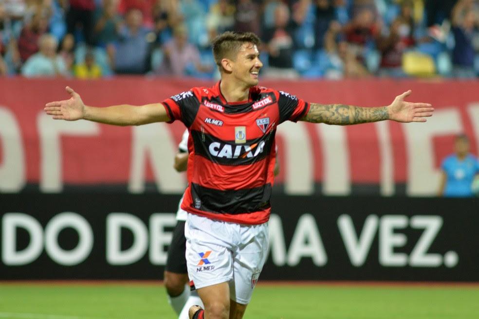 Everaldo marca dois contra a Ponte Preta (Foto: Futura Press)